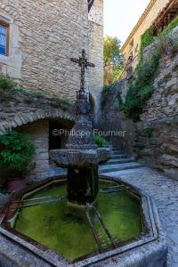 IMG_1907092775_Vaucluse (84)  Crestet Villages perchés fontaine