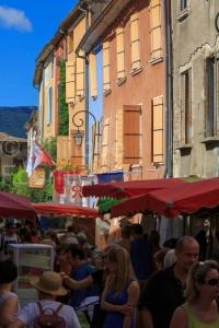 IMG_16076290_Jour-de-Marche-_Place-des-Arcades_Villes-et-Village