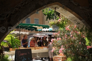 IMG_16076352_Jour-de-Marche- Place-des-Arcades Villes-et-Village