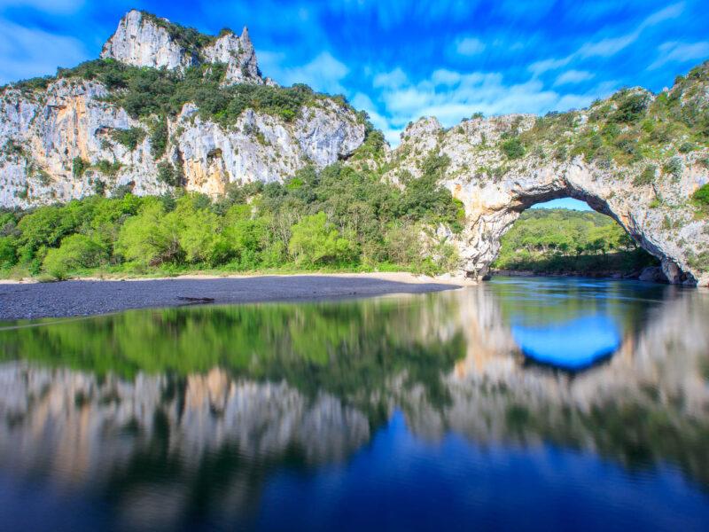 IMG_16040953_Ardèche (07) Vallon Pont d'Arc Réserve Naturelle des Gorges de l'Ardèche Reflet sur la Riviere Ardèche Aval du Pont d'Arc .