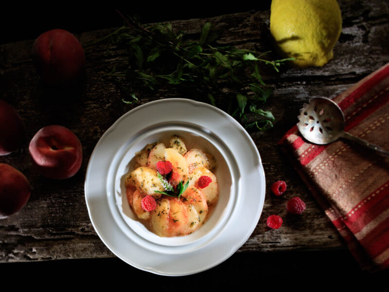 IMG_17075073_ARDECHE (07) DARK FOOD SALADE DE FRUITS PÊCHE BLANCHE ET FRAMBOISE .
