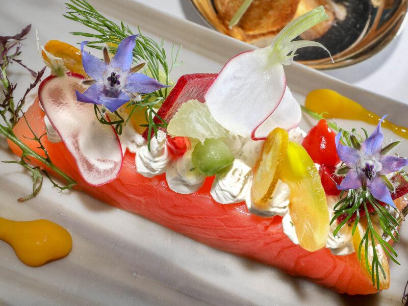 IMG_17118621_Drôme (26) Granges les Beaumont Les Cèdres restaurant étoilé Gravlax de saumon d'Ecosse, crème acidulée aux herbes fraîches, petite brioche tiède .