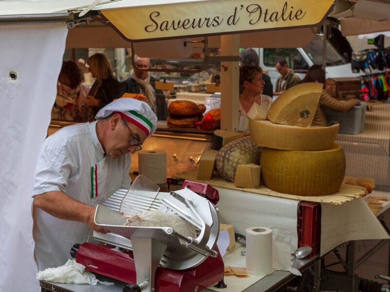 IMG_18055086_GARD (30) UZES PLACES AUX HERBES JOUR DE MARCHE PLACE AUX HERBES SAVEURS D'ITALIE .
