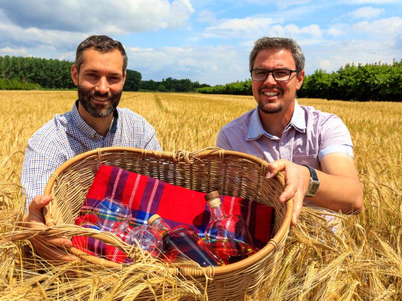 IMG_1906101213_Ardèche (07) Saint Martin d'Ardèche Portrait de Cédric Ollier et François Papin dans un champ d'Orge, le whisky du Tanargue._