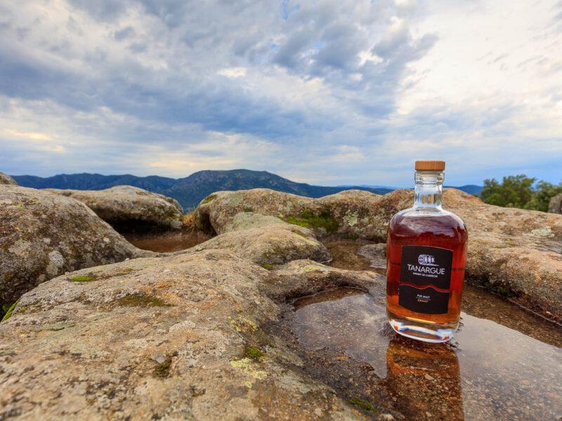 IMG_1907011119_Ardèche (07) Sanilhac Gastronomie Bouteille, Tanargue Whisky de l'Ardèche, vue du promontoire de la Tour de Brison, le Massif du Tanargue_