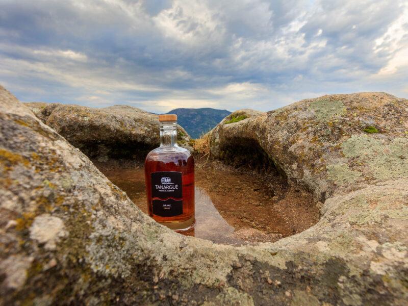 IMG_1907011124_Ardèche (07) Sanilhac Gastronomie Bouteille, Tanargue Whisky de l'Ardèche, vue du promontoire de la Tour de Brison, le Massif du Tanargue_