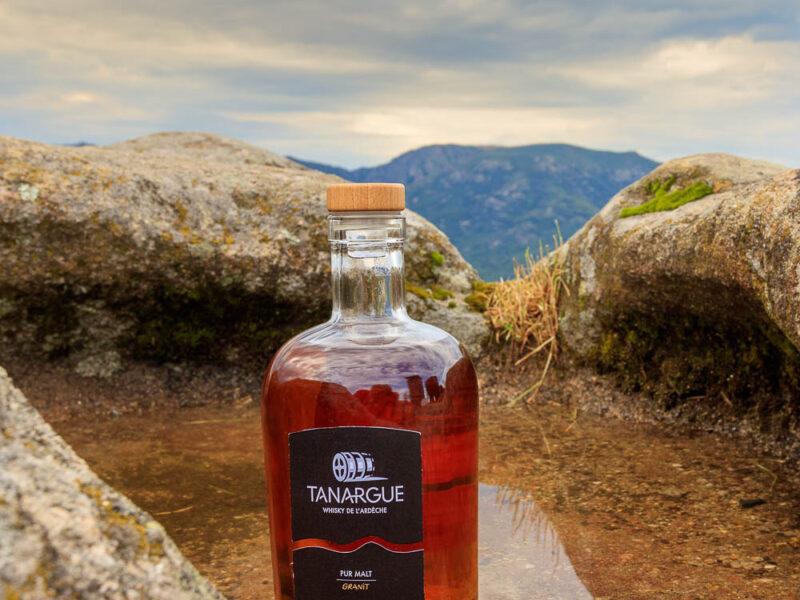 IMG_1907011127_Ardèche (07) Sanilhac Gastronomie Bouteille, Tanargue Whisky de l'Ardèche, vue du promontoire de la Tour de Brison, le Massif du Tanargue_
