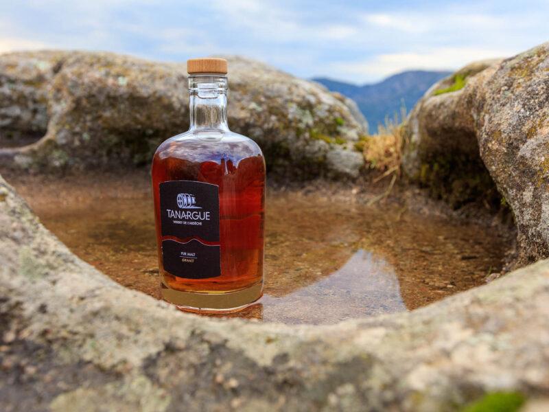 IMG_1907011136_Ardèche (07) Sanilhac Gastronomie Bouteille, Tanargue Whisky de l'Ardèche, vue du promontoire de la Tour de Brison, le Massif du Tanargue_