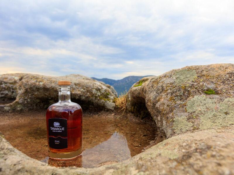 IMG_1907011140_Ardèche (07) Sanilhac Gastronomie Bouteille, Tanargue Whisky de l'Ardèche, vue du promontoire de la Tour de Brison, le Massif du Tanargue_