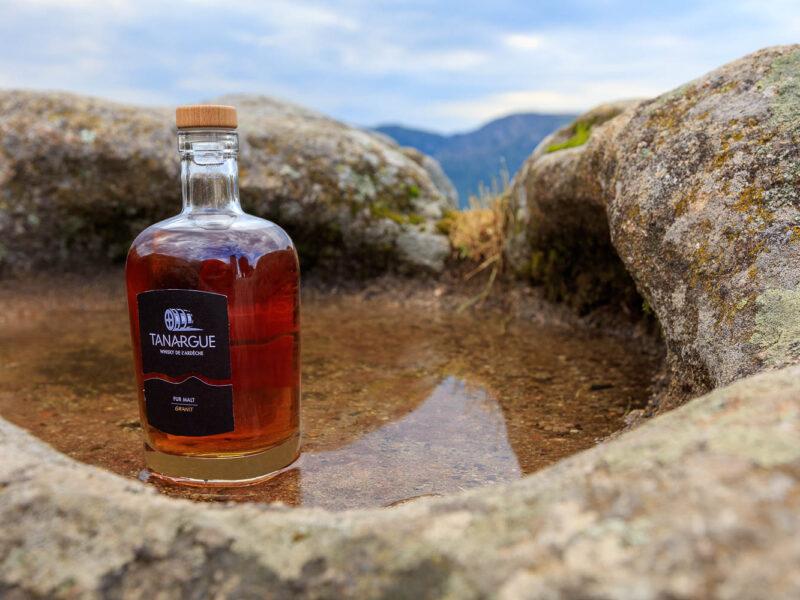 IMG_1907011143_Ardèche (07) Sanilhac Gastronomie Bouteille, Tanargue Whisky de l'Ardèche, vue du promontoire de la Tour de Brison, le Massif du Tanargue_