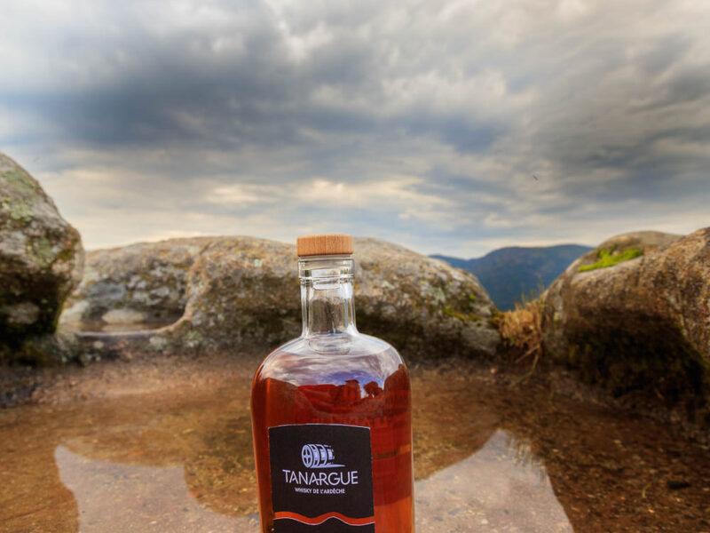 IMG_1907011153_Ardèche (07) Sanilhac Gastronomie Bouteille, Tanargue Whisky de l'Ardèche, vue du promontoire de la Tour de Brison, le Massif du Tanargue_