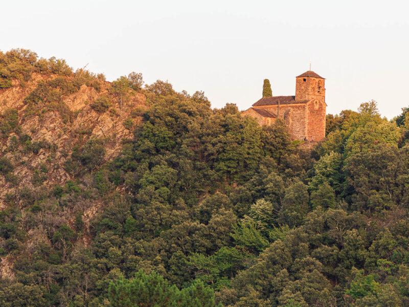 IMG_1907315210_Gard (30) Peyremale, Parc National des Cévennes, Le Mas Herm, l'église romane de Peyremale, un couple dîne au pied de l'église